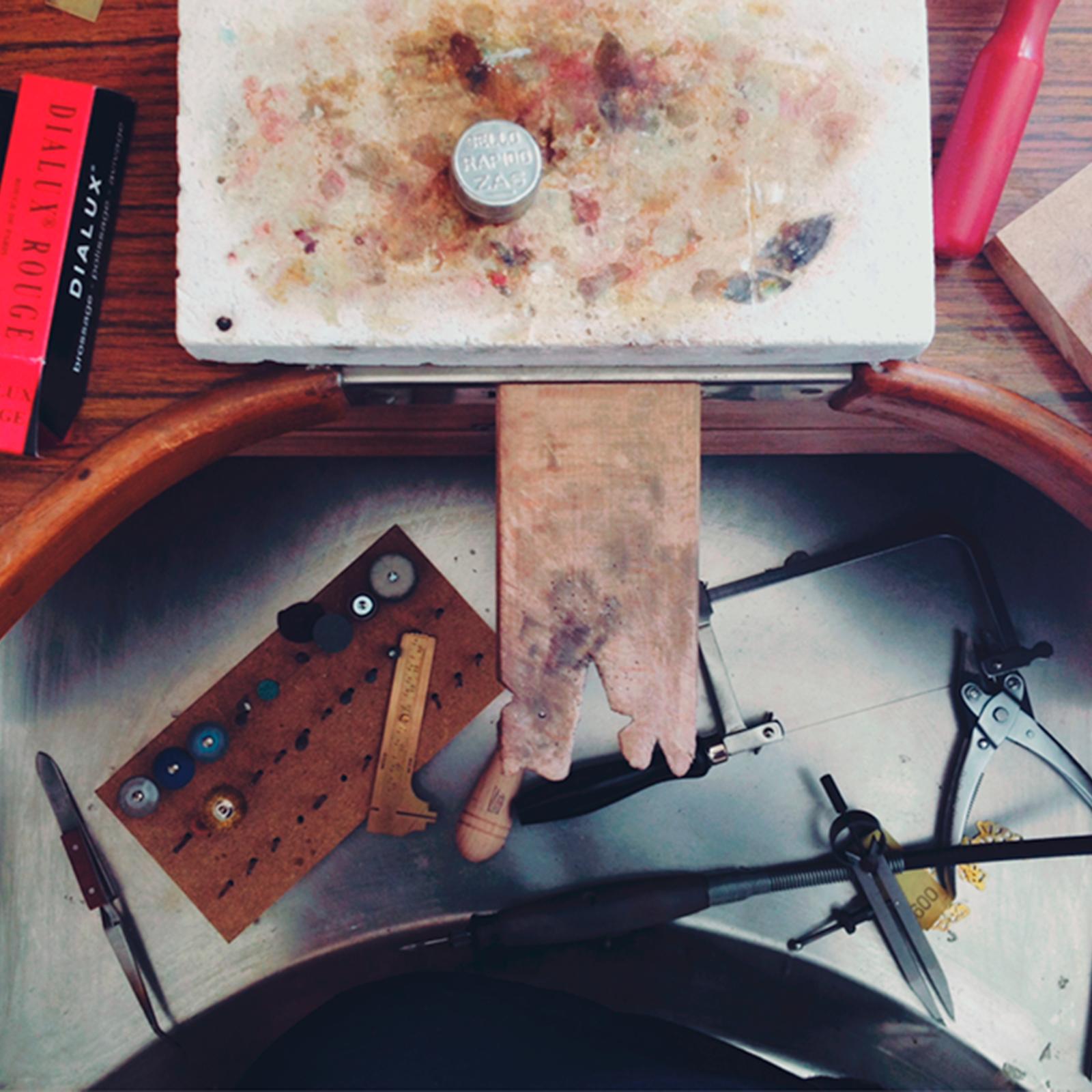 joyería contemporanea en plata taller mesa de joyero martalonso